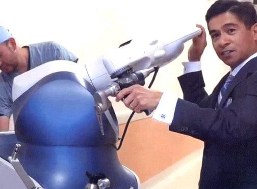 Доктор Ортигуэра с аппаратом для роботизированной артропластики коленного сустава