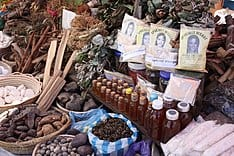 Препараты традиционной медицины на рынке в Антананариву, Мадагаскар