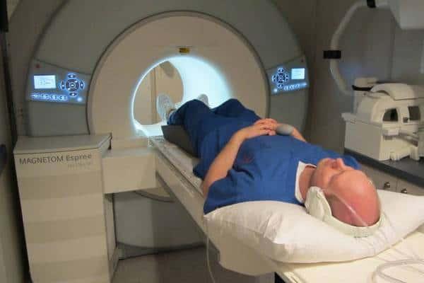МРТ пояснично крестцового отдела позвоночника: подготовка к процедуре, как проходит и сколько стоит?